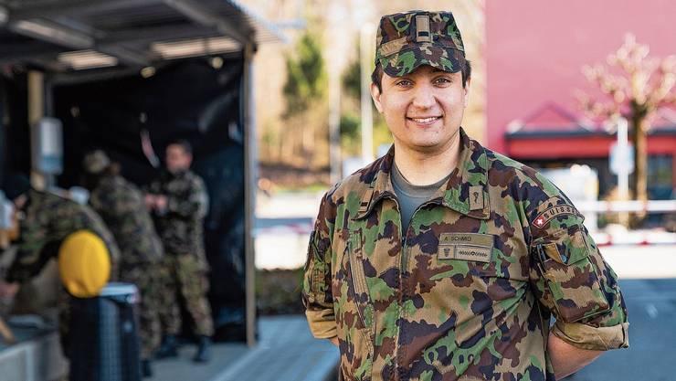 Andreas Schmid auf dem Kasernenareal in Emmen. Die Schuhputzstation ist für Hände umgerüstet worden.