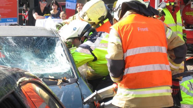 Bei dieser Simulation muss eine im Auto eingeklemmte Person befreit werden.