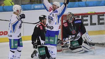 Jarkko Immonen und Josh Holden (rechts) freuen sich über das späte Siegtor