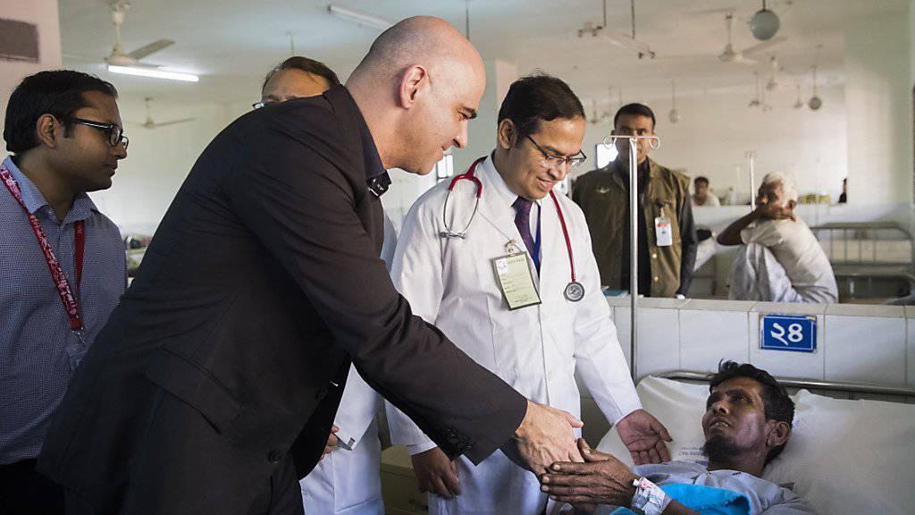 Bundespräsident Alain Berset hat seinen Besuch in Bangladesch abgeschlossen. In der Stadt Cox's Bazar übergab er dem Distrikt-Spital 100 von der Schweiz finanzierte Betten sowie mehrere diagnostische Geräte.
