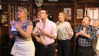 Im Pub «Old Derrymore» warten die Leute gespannt auf die Ziehung der Lottozahlen.
