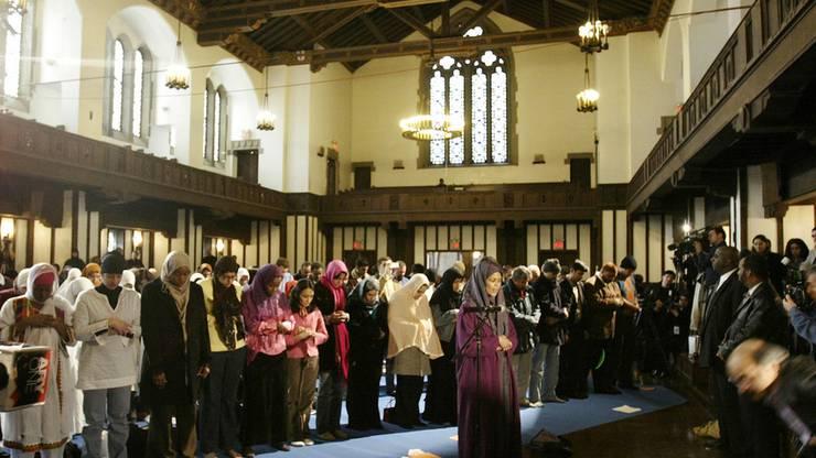 Amina Wadud, Professorin für islamische Wissenschaften, hält 2005 in New York die erste Freitagspredigt, die in den USA von einer Frau gehalten wurde.