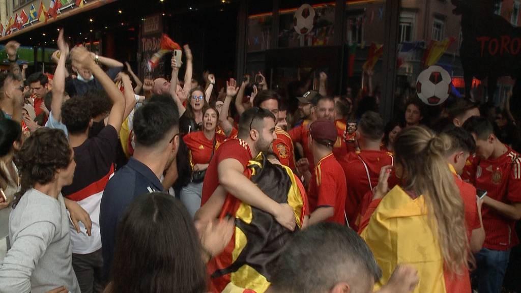Freude und Leid nahe beieinander: Fans an der Langstrasse