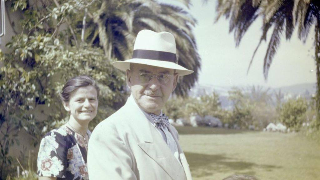 Thomas Mann und seine Tochter Elisabeth (l) weilen im Jahr 1946 im Garten ihres Hauses in Pacific Palisades (Kalifornien). (Archiv)