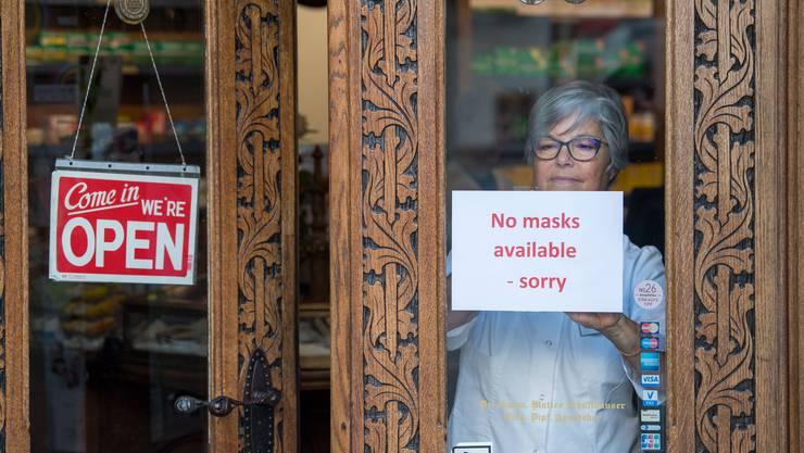 Der Nachschub mit Masken war zu Beginn der Coronakrise ein grosses Problem: Eine Luzerner Apothekerin hängt eine Info an die Türe, dass es keine Schutzmasken mehr hat.