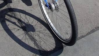 Der 21-jährige Velolenker hat sich bei dem Unfall leicht verletzt (Symbolbild).