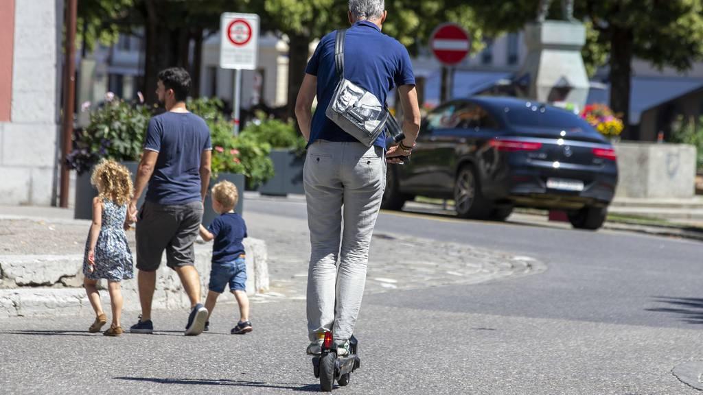 Mann auf E-Scooter verletzt Fussgänger schwer und fährt davon