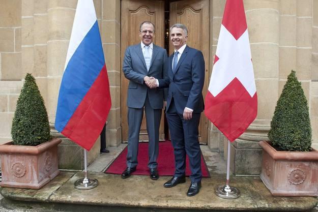 Bundesrat Didier Burkhalter begrüsst den russischen Aussenminister Sergei Lavrov