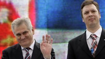 Nikolic (l.) und sein politischer Ziehsohn Vucic sind im Rennen um das Präsidialamt auf Konfrontationskurs.