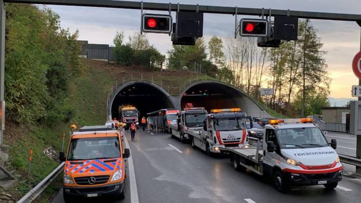 Sempach LU, 18. Oktober: Im Tunnel Eich auf der Autobahn A2 hat sich eine Massenkarambolage mit elf beteiligten Fahrzeugen ereignet. Neun Personen wurden verletzt.