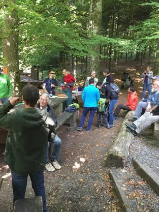 Zum Dank werden alle Helfer im Anschluss an die Putzete zum gemütlichen Mittagessen beim Waldhaus eingeladen. Ein Lob an die Köche - es schmeckte herrlich.