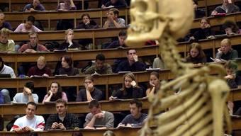 An der Universität Basel studierten im Herbstsemester 2609 Personen mit Wohnsitz Baselland, 2178 stammen aus Basel-Stadt. (Symbolbild)