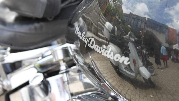 Kampf um Stil Die Vespa spiegelt sich in der Harley Davidson