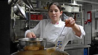 Sabrina Voser in der Küche des Restaurants Zunfthaus zur Waag in Zürich
