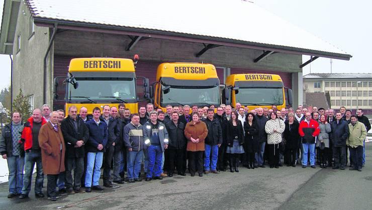 An der traditionellen Betriebsversammlung der Bertschi AG in Dürrenäsch wurden 123 Angestellte für ihre langjährigen Dienste geehrt. Foto: zvg