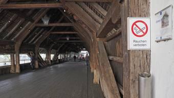 Seit 2018 ist auf der Holzbrücke ein Rauchverbot.