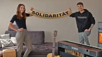 Nadja Schwarz (20) und Patrick Schwarz (22) rufen mit ihrem Song zu Solidarität auf.
