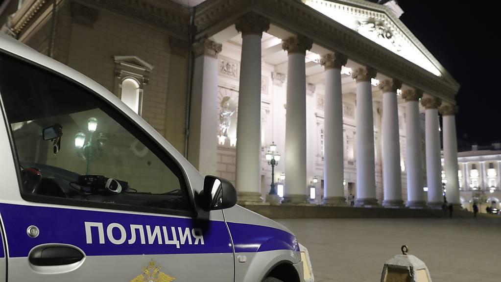 Bei einer Vorstellung am weltberühmten Bolschoi Theater in Moskau ist ein Darsteller von einem Teil der Bühnendekoration erdrückt worden.
