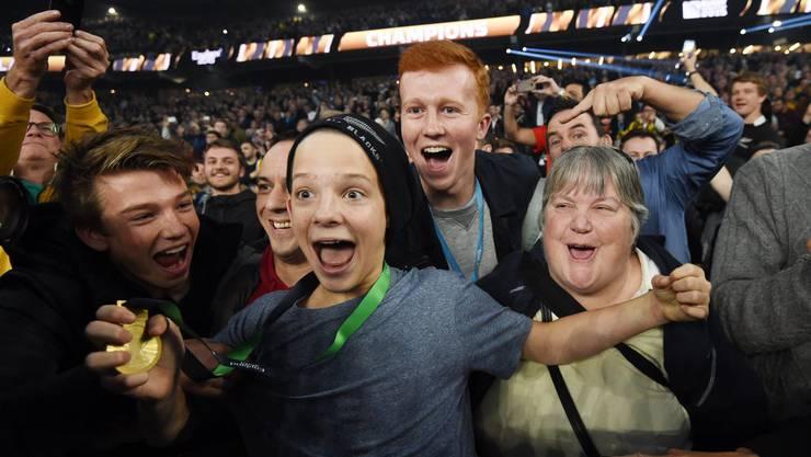 Der junge Rugby-Fan kann sein Glück kaum fassen.