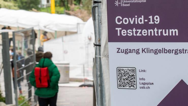 Schlange vor dem Corona Testcenter beim Uni Spital Basel.