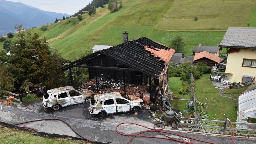 Drei Personen können sich aus brennendem Holzhaus retten