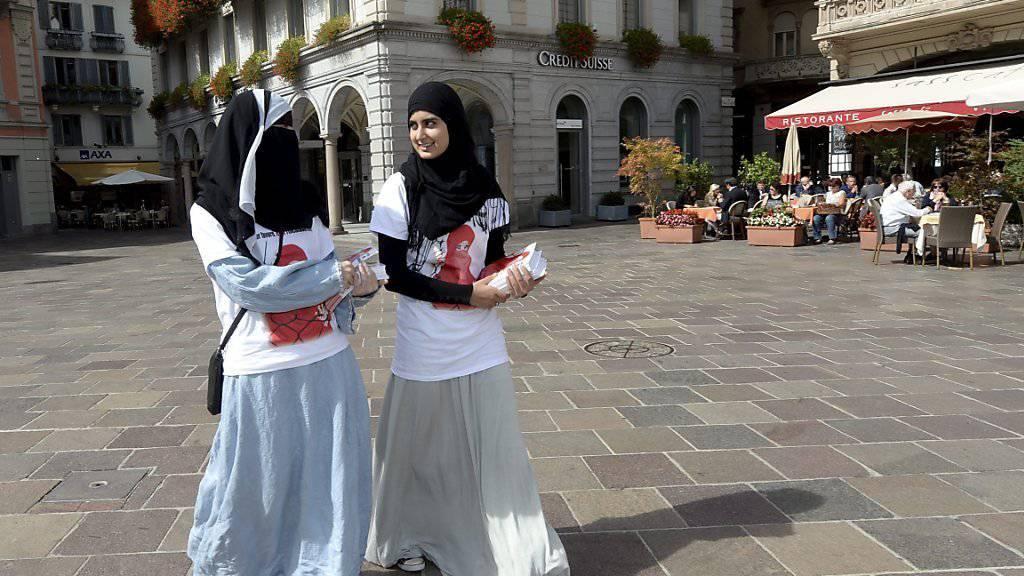 Im Jahr 2013 versuchten zwei Mitglieder des Frauenverbandes des Islamischen Zentralrates der Schweiz (IZRS) noch vergeblich, in Lugano gegen das Burkaverbot auf Stimmenfang zu gehen. Ab dem 1. Juli 2016 tritt die Gesetzesänderung zum Verhüllungsverbot im Tessin nun in Kraft. (Archivbild)