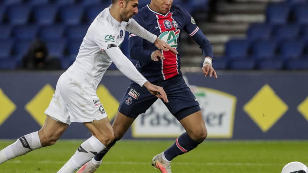 PSGs Doppeltorschütze Kylian Mbappé (rechts) gegen Zeki Celik von OSC Lille
