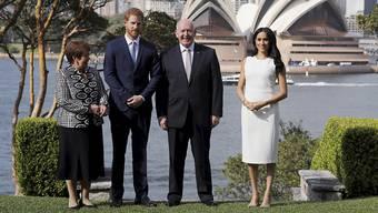 Prinz Harry und seine Frau Meghan sind am Dienstag vom britischen Generalgouverneur in Australien, Peter Cosgrove, offiziell in Sydney empfangen worden.