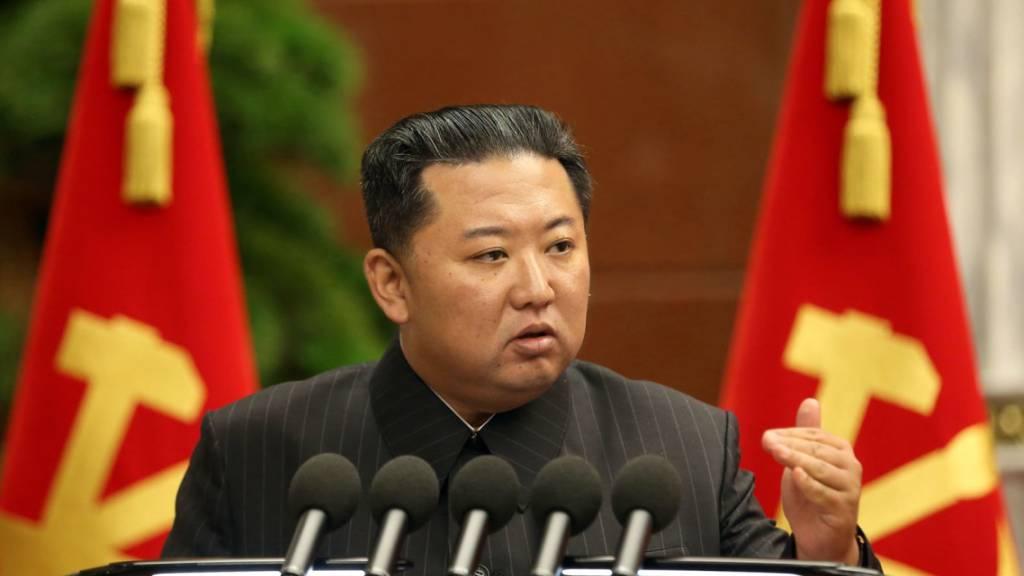 Dieses von der staatlichen nordkoreanischen Nachrichtenagentur zur Verfügung gestellte Foto zeigt Kim Jong Un, Machthaber von Nordkorea.