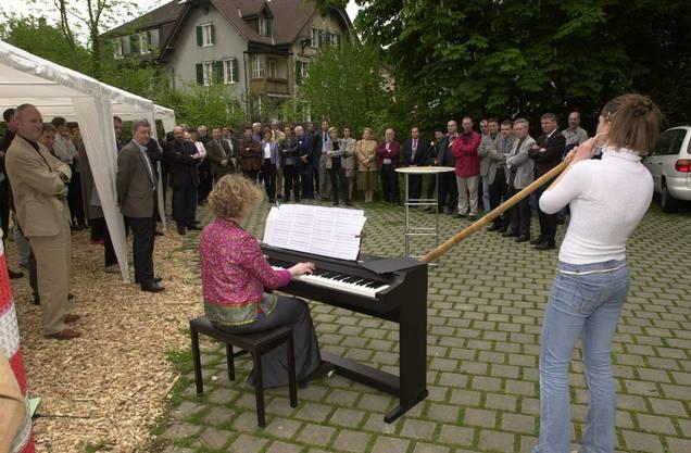 Eliane Burki spielt Alphorn, zusammen mit ihrer Mutter, die sie am E-Piano begleitet.
