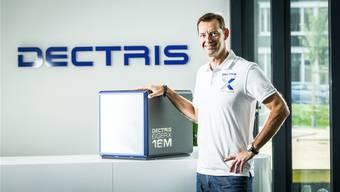 Dectris-CEO Christian Brönnimann zeigt den Röntgendetektor «Eiger»: Er lieferte Informationen im Kampf gegen das Zika-Virus.Chris Iseli