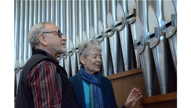 Der Liegenschaftsvorstand Jean-Claude Perrin und die Kirchenpflegepräsidentin Ursula Gütlin-Plüer dürfen sich freuen: Die anfällig gewordene Orgel kann gründlich saniert werden. Florian Niedermann