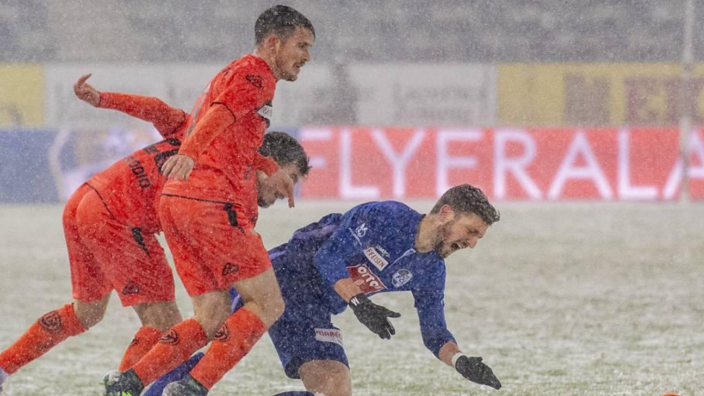 Harter Kampf im Schneetreiben:  Luzerns Simon Grether (rechts) gegen Luganos Adrian Guerrero
