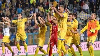 Ausgelassener Jubel bei den Frosinone-Spielern nach dem ersten Sieg in der Serie A