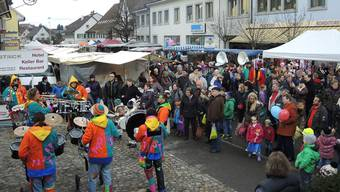 Guggenmusik unterhält die Marktbesucher am Fricker Fasnachtsmarkt. – Foto: af