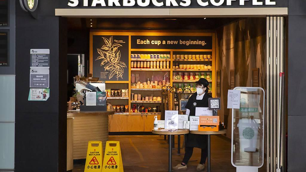 Der Kaffeeriese Starbucks schreibt im zweiten Quartal wegen Corona wohl rote Zahlen. Auch in China brachen die Verkäufe ein.(Archivbild)