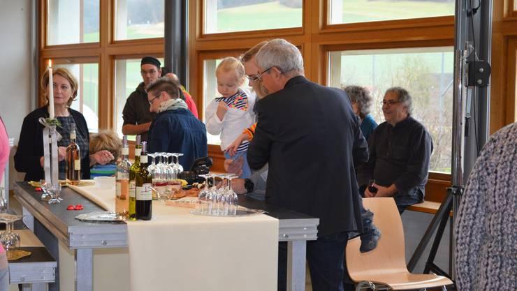 Die Gäste in Effingen bedienen sich am Buffet.
