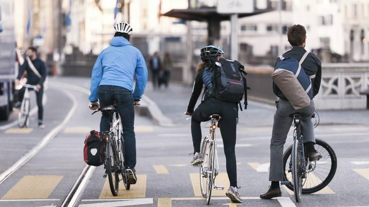 """Velofahren bietet eine kostengünstige Möglichkeit, das Umfeld zu erkunden. """"Friends on bikes"""" bieten nun Kurse für Anfängerinnen und Anfänger, aber auch an Velofahrerinnen und -fahrer, die sich im Strassenverkehr noch unsicher fühlen. (Themenbild)"""