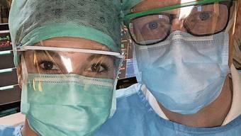Melina Romagnoli mit einem Kollegen in Schutzkleidung.
