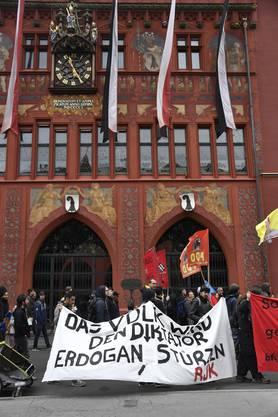 Ein Demonstrationszug bewegt sich durch Basel vorbei am Basler Ratshaus.