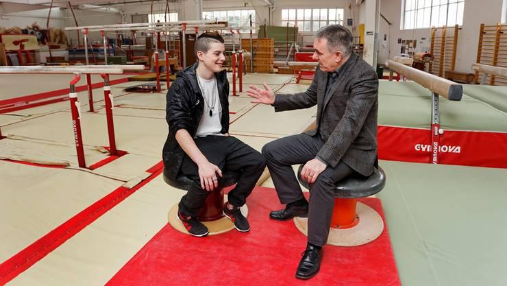 Kunstturner Lucas Fischer und Sportminister Alex Hürzeler (rechts) während des Gespräches im Turnzentrum in Niederlenz.