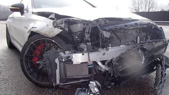 Stark beschädigter Mercedes des Unfalls bei Hornussen.