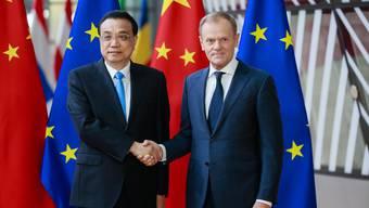 Chinas Premier Li Keqiang (l.) zu Gast bei EU-Ratspräsident Donald Tusk: Lange war Europa gegenüber China «naiv». Das könnte sich nun ändern.