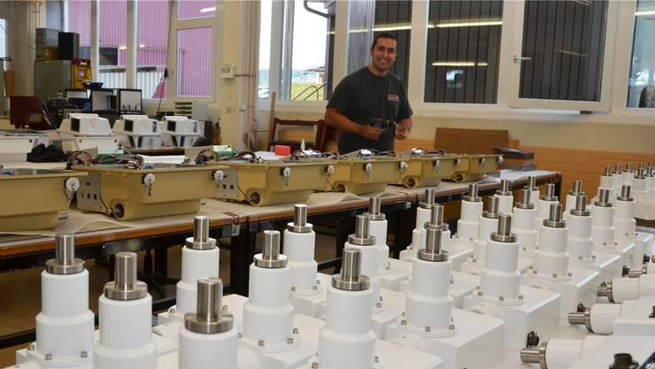 Fathi Yavuz ist einer der 50 Mitarbeitenden, die bei der Polytronic International AG in Muri dafür sorgen, dass Schweizer Qualität weltweit ihrem Ruf gerecht wird. Eddy Schambron