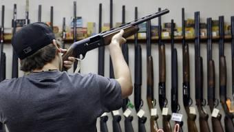Ein Kunde in einem Waffenshop in Texas - in den USA kommen auf 100 Einwohner 120,5 Waffen. (Archivbild)