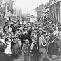 Ein Grund zum Feiern: Am 1. Mai 1912 fuhr nach langem Streit wieder ein Mittagszug (12.40-Uhr-Zug) in Niederlenz ein. Der Bahnhof war eine Drehscheibe für Güter und Post. Ernst «Jimmy» Rufer vor dem längst stillgelegten Bahnhof Niederlenz.