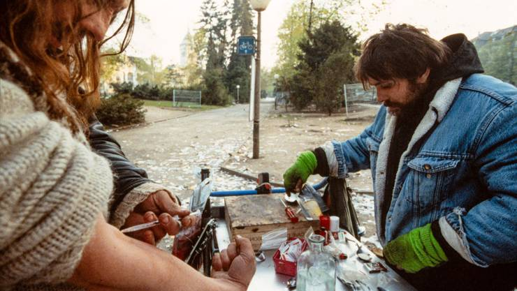 Ein sogenannter «Filterli-Tisch» im Zürcher Platzspitz, aufgenommen im April 1991.