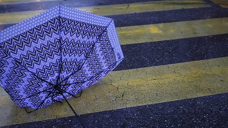Sturmwinde dürften am Dienstagmorgen den einen oder anderen Regenschirm übel zugerichtet haben. (Archivbild)