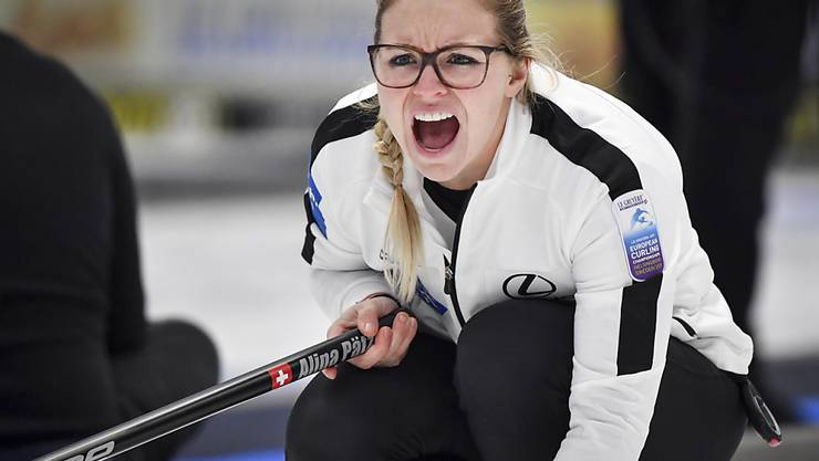 Alina Pätz, zweifache Weltmeisterin im klassischen Curling, zeigt ihre Fähigkeiten auch im ebenfalls olympischen Mixed--Doppel