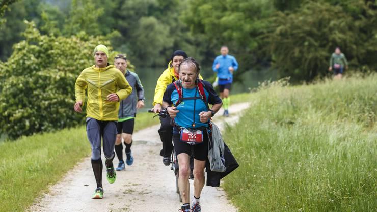 Die Läufer kämpfen sich durch die Aarelandschaft bei Arch.01